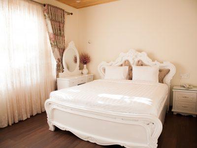 Phòng khách sạn sen vàng